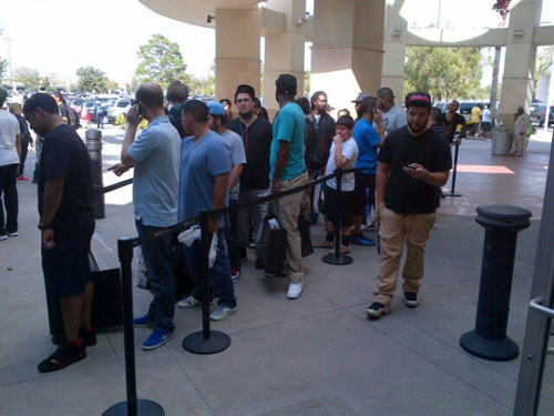 Nike-Galaxy-All-Star-Display-in-Orlando-crowd-waiting